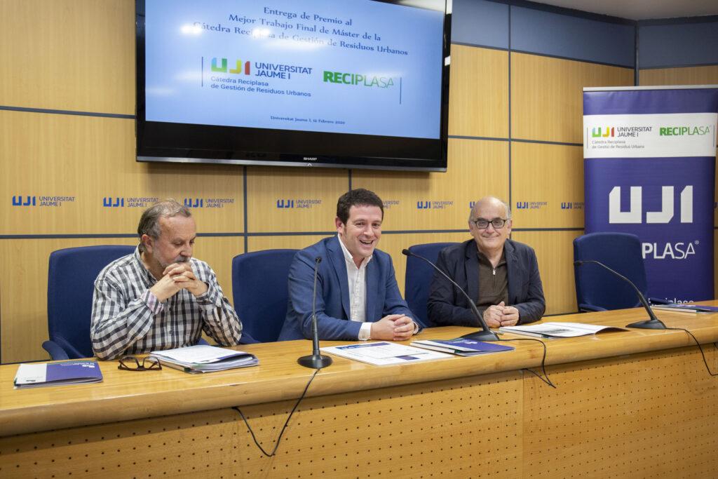Presidente de Reciplasa, Ignasi Garcia, Felip; el director de la Cátedra, Félix Hernández; el director técnico de Reciplasa entregan premio mejor TFM