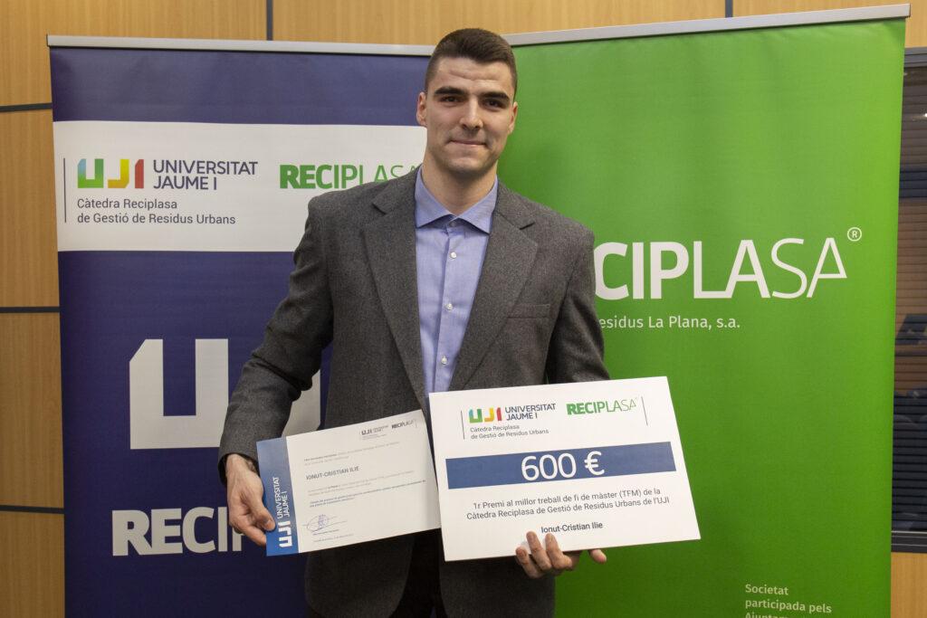 Ionut-Cristian posa con su premio al mejor TFM