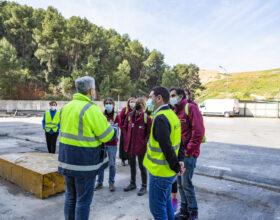 Educadors ambientals del Consorci C2 visiten la planta de Reciplasa per a conéixer la gestió dels residus de la zona